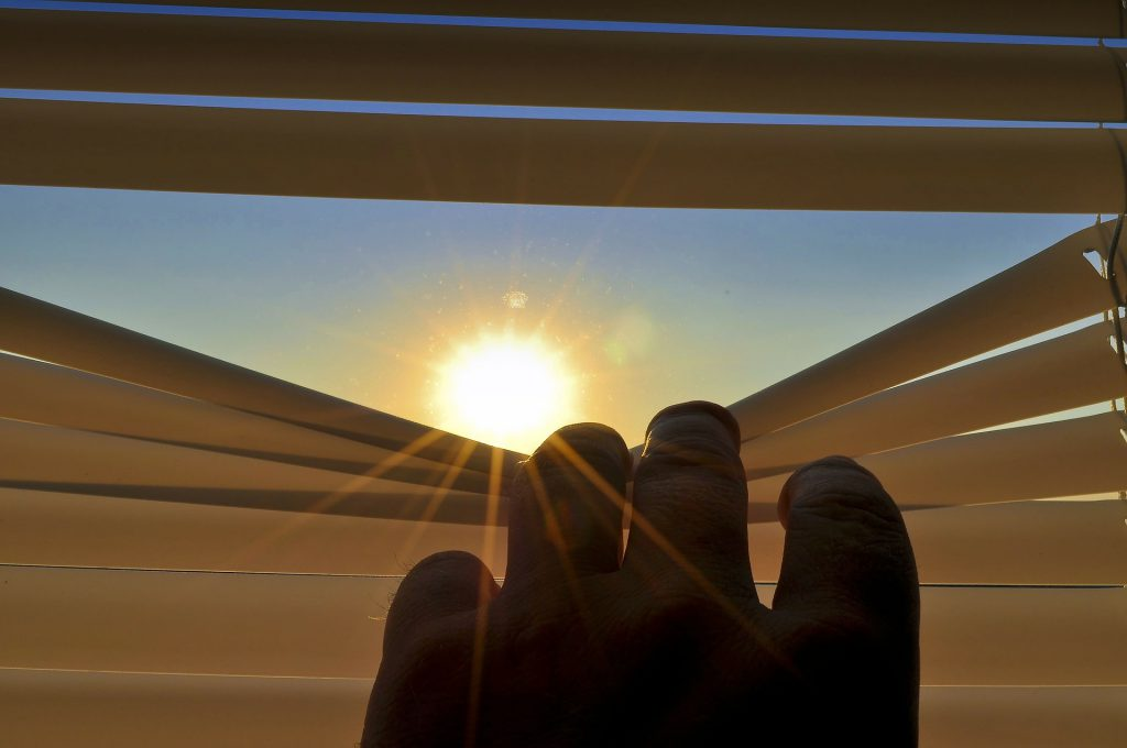 Rolety okienne - ochrona przed słońcem i sąsiadami